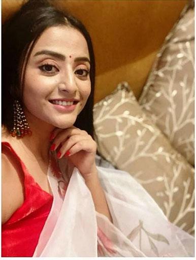 Dangal TV : मोनिका चौहान अपने दल का मनोरंजन करने के लिए गाना गाती है