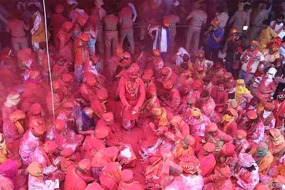 Barsana Holi 2021: ब्रज में शुरू हुआ रंगोत्सव, बरसाना में खेली गई लड्डू होली
