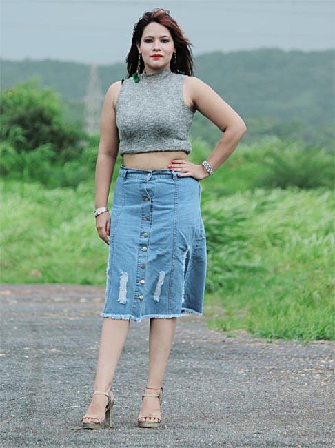 डेनिम लुक में बेहद बोल्ड दिखी अभिनेत्री रेशमा शेख (Reshma Sheikh)